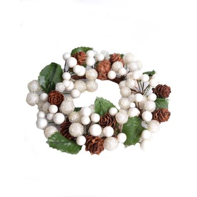Венок с искуственных ягод и шишек белый 15 см