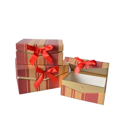Коробка подарочная прямоугольная бордово-золотая