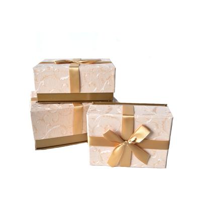 Коробка прямоугольная с бантом персиковая