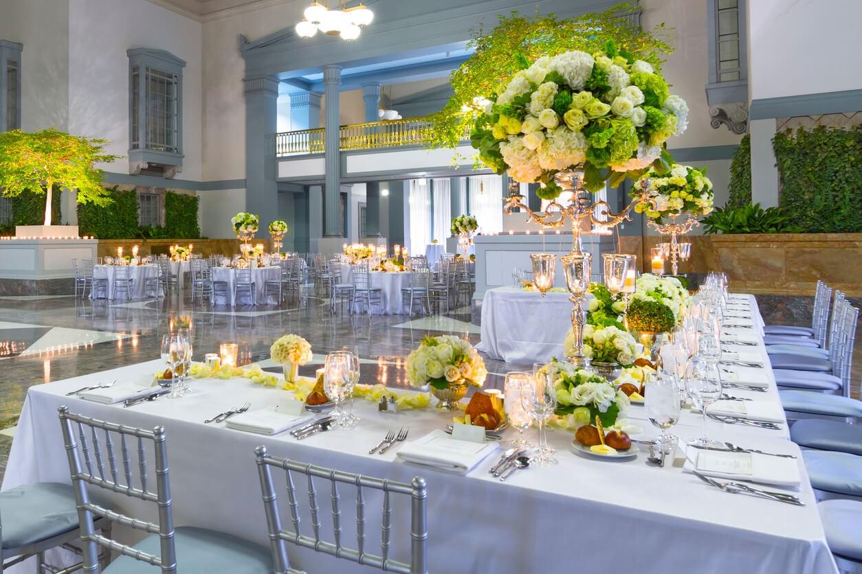 Моє весілля. Як ефектно прикрасити столи та залу до урочистості?