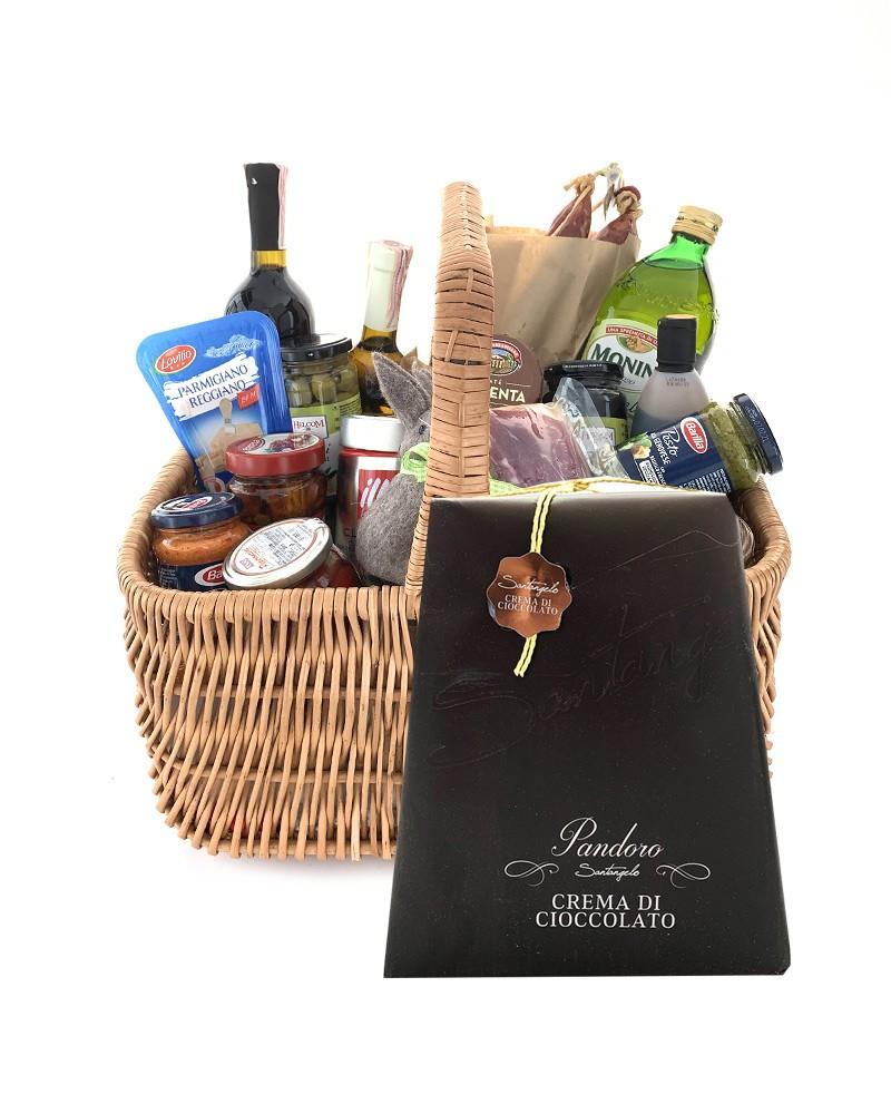 Великодній набір продуктів в гарній корзинці для святкування Великодня